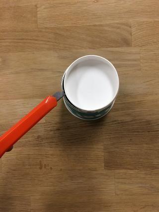 Usando un cuchillo X-acto, cortar la parte inferior exterior de la primera copa (corte alrededor de donde la base blanca se encuentra con la taza real).