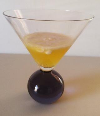 Jugo de piña, ron y crema de coco. O bien, puede omitir el ron y el uso de jarabe simple si el jugo de piña es demasiado agrio.