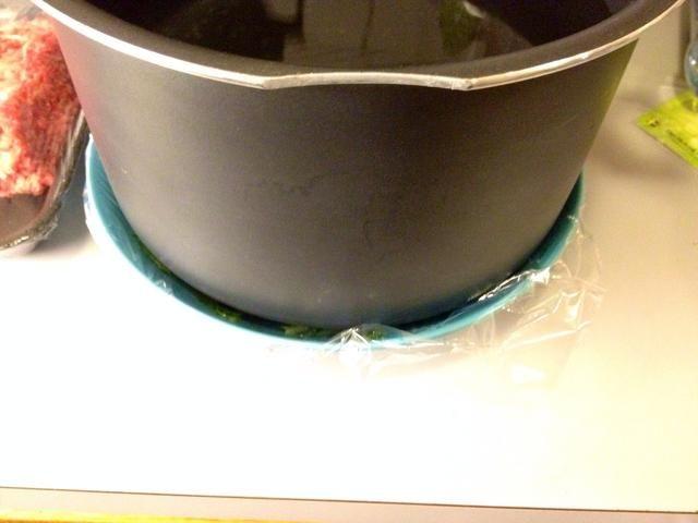 Añadir algún tipo de peso He utilizado una olla grande que me llené de agua. Presione por lo menos 1 hora.
