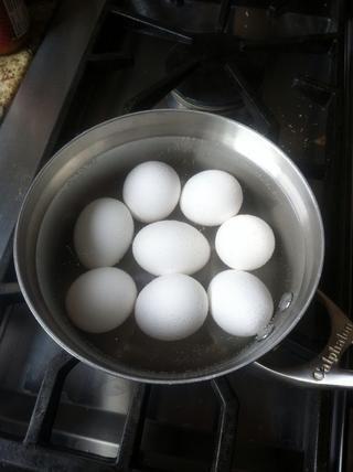 Hervir 8 huevos durante 20 minutos o hasta que los huevos comienzan a resquebrajarse poco
