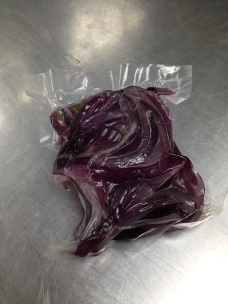 Asegúrese de crear un vacío difícil para comprimir la cebolla muy bien.