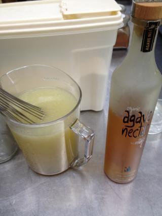 Añadir alrededor de un cuarto de taza de azúcar y alrededor de un cuarto de taza de jarabe de agave a su jugo de lima y tequila.