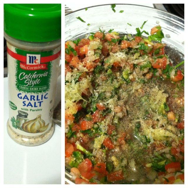 Añadir un poco de sal de ajo y pimienta. Mezcle todo junto.