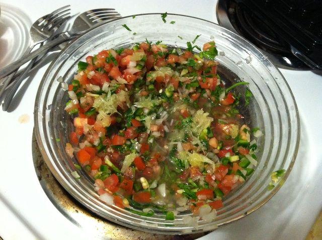 Agregue el jugo de limón. Con cuidado de no obtener ningún semillas en la salsa. Si lo hace, simplemente se los saca con una cuchara.