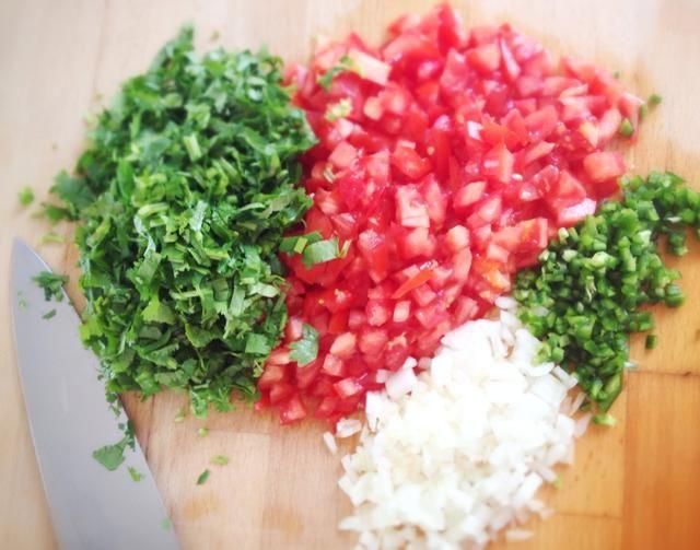Picar los tomates, chiles, cebolla y cilantro finamente. Siéntase libre también cortar los tallos de cilantro, ya que suponen un montón de sabor. Puede deseed los chiles si quieres, yo personalmente don't bother.