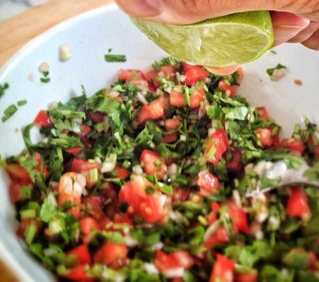 Mezclar todos los ingredientes y agregar una buena pizca de sal y unas gotas de limón, usted no't want the lime to overpower just a few drops to sharpen the flavors.