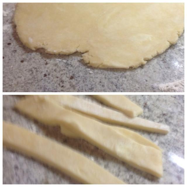 Estirar el segundo disco en una forma más larga-ish y cortar la masa en tiras largas de 1 pulgada para la corteza superior de la tarta.