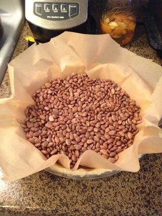Para cegar hornear, precalentar el horno a 425 °. Línea de la concha w / papel de pergamino y los pesos de la empanada o frijoles secos para evitar que la masa se inflando. Hornear 15 minutos, retire pesos, hornear hasta que estén doradas, unos 10 minutos.