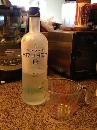 Tengo mi vodka y agua listo y dejó esperando en la nevera hasta que lo necesitaba. Todo debe ser mantenido frío!
