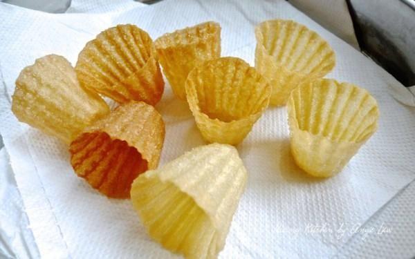 Transferirlo en el plato cubierto con toallas de papel de cocina para absorber el exceso de aceite de las cáscaras de la empanada tee.