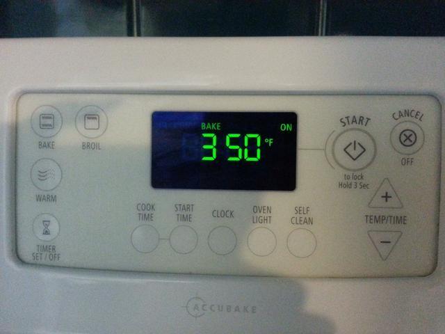 Precaliente el horno a 350 grados Fahrenheit.