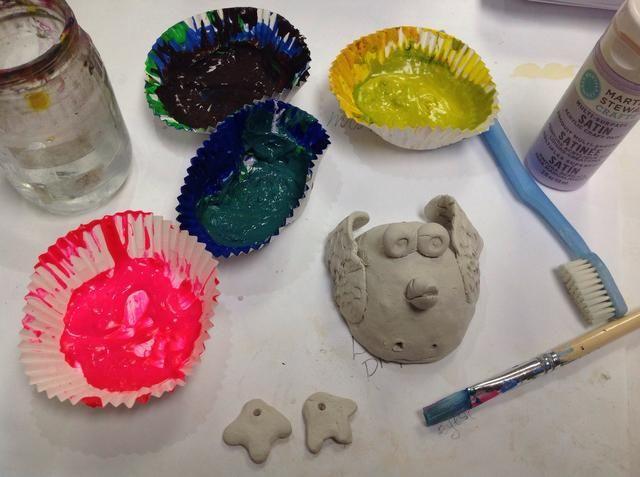 Ooooo, colores bonitos. Coge un poco de pintura acrílica, un cepillo, agua y cepillo de dientes.