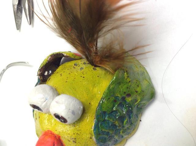 Coloque las plumas en los agujeros de plumas.