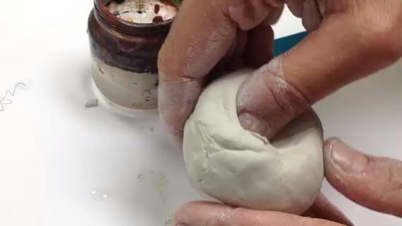 Formar una pizca olla apretando y girando la arcilla. Usted desea que la forma original de la bola para ser un poco más grande en tamaño y santifique con un espesor de alrededor de media pulgada.