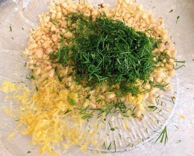 Añadir el eneldo picado y la cáscara de limón rallada.