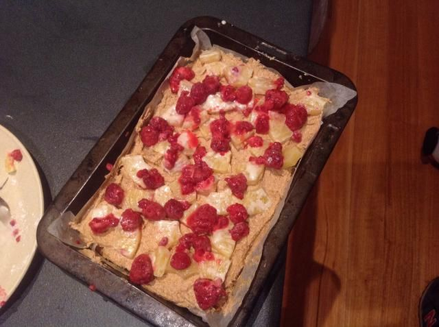 A continuación, añadir las frambuesas y piña y pegarlo en el horno durante unos 45 minutos.