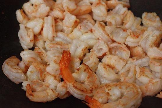 Calentar un wok antiadherente a alta calor cuando añada caliente el aceite. Agregue los camarones y cocinar unos minutos hasta que estén casi cocidos sin embargo. Establecer camarones a un lado.