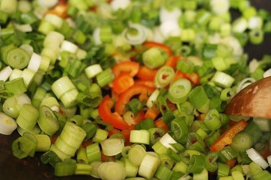 Añadir la cebolleta, el chile y el ajo a la sartén.