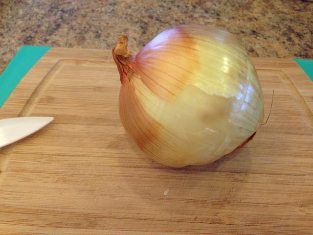 Pelar y cuartos 1 cebolla en trozos pequeños