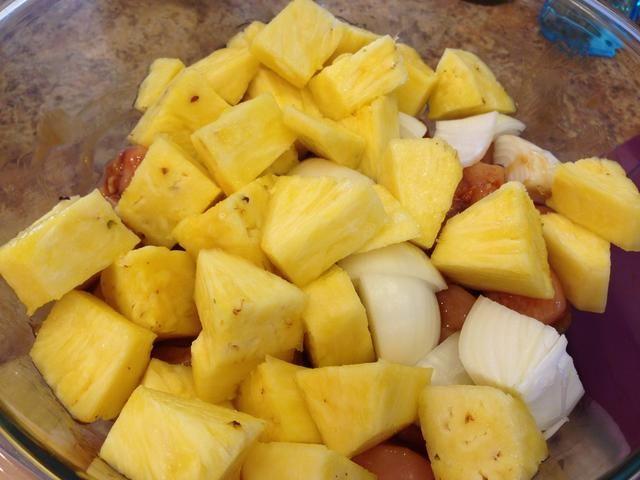 Añadir la piña en cubos fresco y las cebollas al tazón con el pollo. Mezcle todo junto.