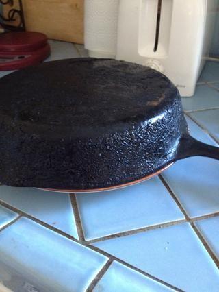... e invertir la sartén por lo que el pastel salga en el plato.