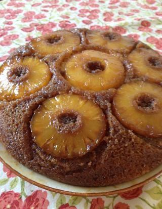 ¡Me gusta esto! El azúcar moreno y la mantequilla han caramelizada e hizo la torta dulce y crujiente por fuera complementado por la piña jugosa. Está regando la boca todavía ?!