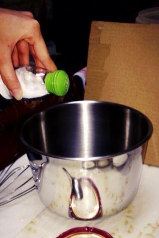 A continuación, poner la sal y mezclar (sal para mejorar el sabor)