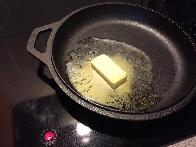 Derretir la mantequilla en una sartén de hierro fundido de 10 pulgadas (preferido). También puede utilizar un molde para pasteles si uno no está disponible.