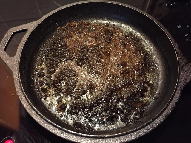 Espolvorear el azúcar moreno en la parte superior de la mantequilla, asegúrese de no agitar.