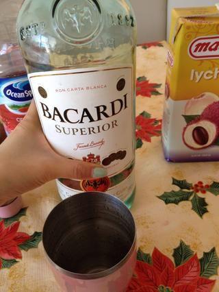 Añadir 1 oz de Bacardi