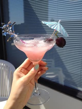 Luego el jugo de limón pocos gota (opcional), hago pongo cóctel con cubitos de hielo de la coctelera hasta la taza, la decoración es n disfrutar de su cóctel de color rosa!