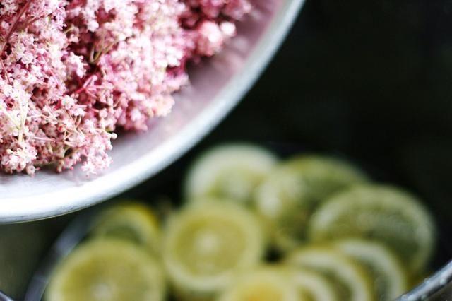 Extracción de flores de sus tallos con un tenedor en primer lugar (ya que pueden impartir amargura) añadir las flores a su olla, revolver y dejar enfriar. Cubra con una toalla de cocina y dejar reposar durante 48 horas.
