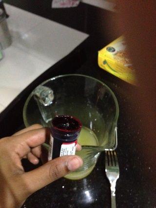 Tome un poco teeeeeeny de rojo para colorear / rosa y mezclar bien. Mezclar inmediatamente porque las manchas de coloración muy rápidamente. (Usted puede agregar en la granada / jugo de arándano en su lugar)