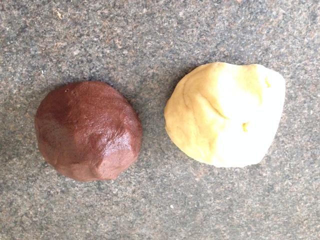 Se termina con dos bolas de masa - de almendras y cacao.