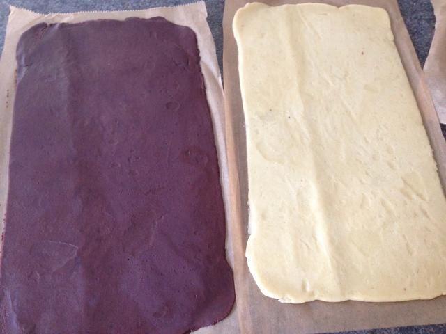 Una vez enfriado, quite las capas superiores de papel de pergamino. Coloque la capa de chocolate en la parte superior de la llanura.