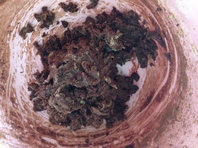 Para la otra mitad, añadir el cacao en polvo y mezclar.