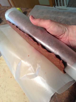 Ahora vas a ver realmente el valor del papel de cera! Papel de cera Desenrolle del borde de chocolate de lo suficiente para exponer aproximadamente 1 pulgada y pasar a justo por encima del borde masa blanca.