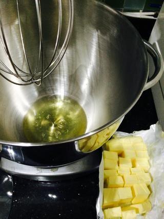 Todo tiene que estar listo cuando se inicia esta crema de mantequilla. Obtener la mantequilla cerca de la mesa de mezclas - con las claras de huevo en su interior.