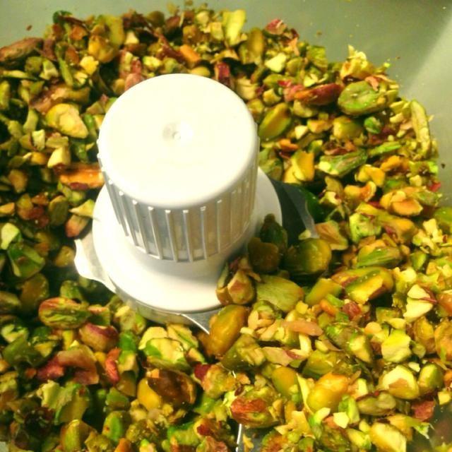 Ponga los pistachos en el procesador de alimentos o licuadora.