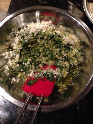 Revuelva el Parmigiano para el pesto.