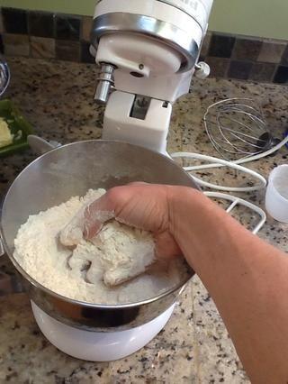 Mezclar con la mano y hacer otro pozo en el medio