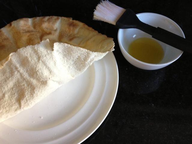 Asegúrese de separar las capas de pan pita. Ponga una capa en un plato apto para microondas.