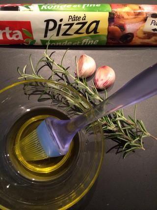 Listo corteza de pizza, aceite de oliva, romero fresco, el ajo y la sal