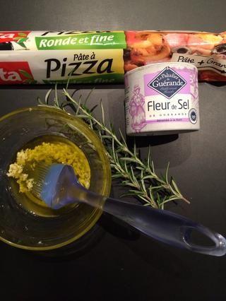 Aquí está la sal natural sal de-guerande gruesa. El ajo machacado en el aceite. También me puse un poco de romero en el aceite y un poco de la parte superior