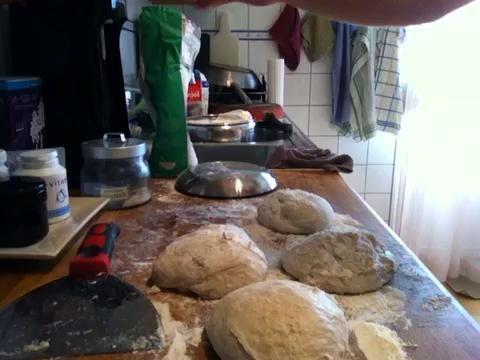 Espolvoree un poco de harina sobre la masa y convertirlos en bolas redondas agradables apretando el cierre masa de abajo. Verá que me meto en los bordes.