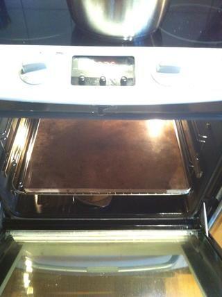 Encienda el horno a todo volumen, de preferencia con una piedra para colocar el pastel en.
