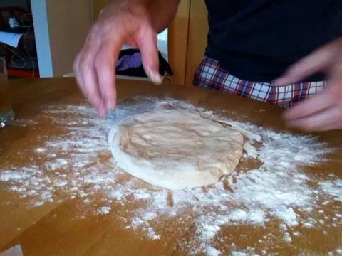 Preparas el pastel con sólo estirar la masa (de uno de los para contenedores). Como es de perfecta textura será básicamente caen en forma y tan delgada por lo que casi se puede ver a través de él.