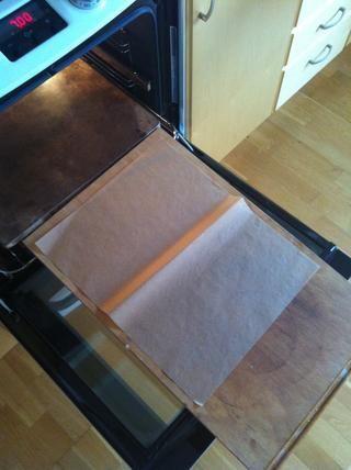 Esto para explicar el concepto de cómo deslizarse una pizza en una piedra muy caliente en el horno. El bicarbonato de papel y una buena tabla de cortar de tamaño ayudará.