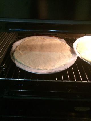 Coloque la masa en el horno y cocine durante 5-7 minutos.