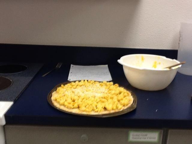 Ponga macarrones con queso en la corteza y espolvorear mozzarella en la parte superior